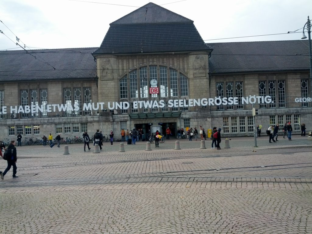 """""""wir alle haben etwas mut und etwas seelengröße notwendig"""" - Büchner-Zitat-Installation am Darmstädter Hauptbahnhof"""