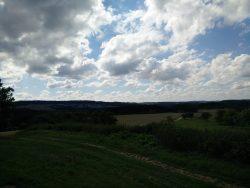 Ehrbachklamm: Felder, Wiesen, Wald und Wolken