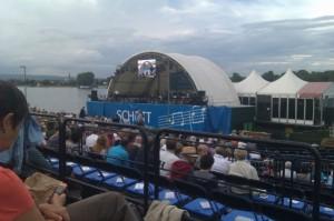 Blick auf die Bühne im Rhein